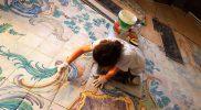 Acabado-in-situ-del-pavimento-restaurado-y-recolocado-en-la-sala-de-la-Fama